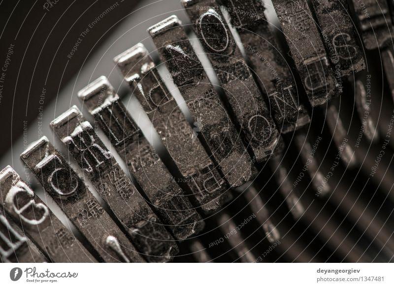 Metallbuchstaben auf Schreibmaschine Drucker alt retro Tradition Brief Briefe Presse altehrwürdig Alphabet Maschine Typ Spuren Gußeisen Text drucken Antiquität