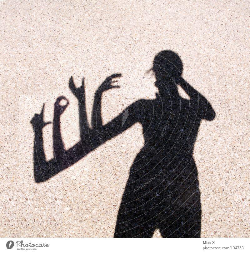 Love 5-händig Frau Hand schwarz Erwachsene Straße grau Beine Arme Buchstaben Finger Asphalt lang skurril Schwarzweißfoto Kies unterwegs