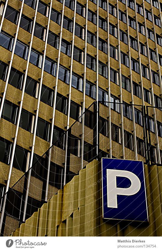 Parkhaus blau Stadt Haus gelb Fenster Architektur grau klein Traurigkeit Linie braun Glas Fassade dreckig Schilder & Markierungen Beton