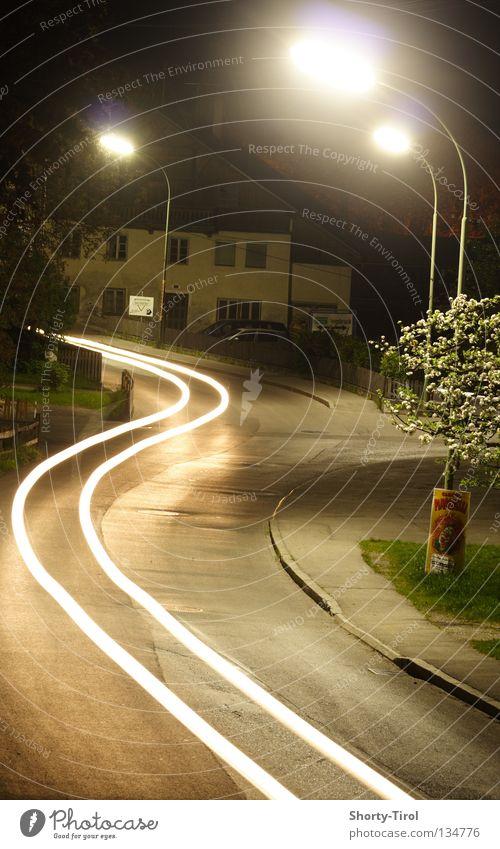 Auto in der Nacht Licht Straßenbeleuchtung Dorfstraße Lichtspiel Verkehrswege Scheinwerfer PKW