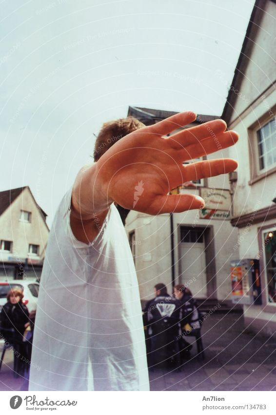 Unfotogen Mensch Hand Haus Arme verdeckt ausgestreckt