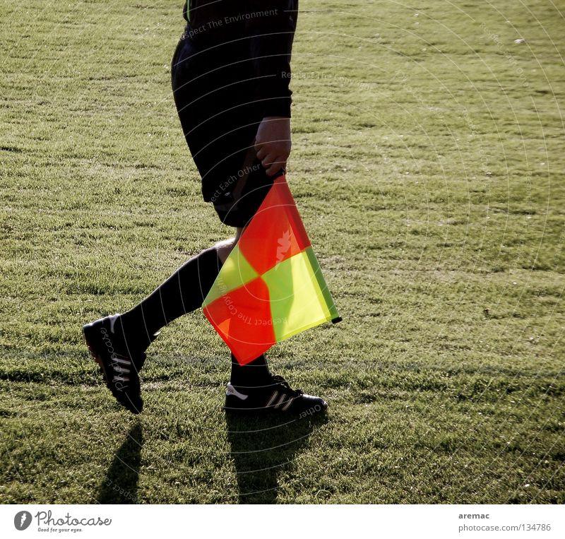 Linienmann Mann Sport Spielen Schuhe Beine Fußball Bekleidung Rasen Fahne Dienstleistungsgewerbe Fußballplatz Sportplatz Schiedsrichter Linienrichter