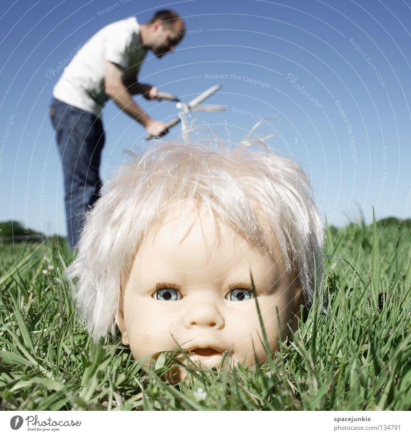 Haircut Spielzeug bedrohlich beängstigend blond Chucky gruselig Horrorfilm böse süß niedlich skurril Wiese Gras grün Mann Gärtner Heckenschere geschnitten