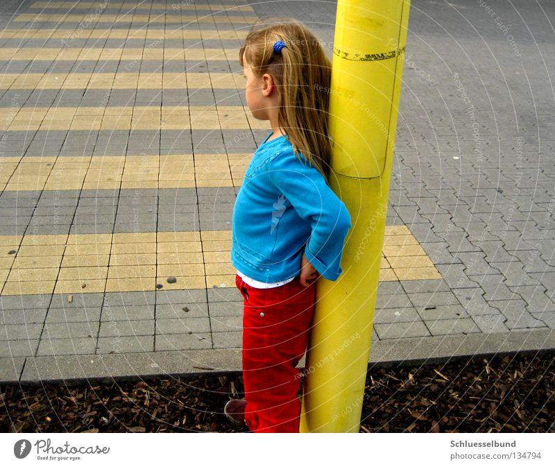 soll ich oder soll ich nicht? Kind Mädchen rot gelb Straße Haare & Frisuren Stein braun stehen Hose Verkehrswege Pullover langhaarig Zopf anlehnen Straßenrand