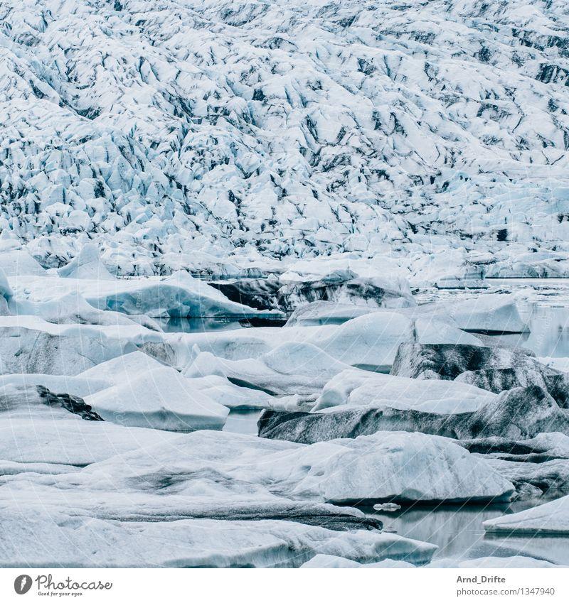 Gletschersee Sommerurlaub Umwelt Natur Landschaft Urelemente Wasser Winter Klima Eis Frost Schnee Hügel Berge u. Gebirge Seeufer Flussufer Bucht kalt blau