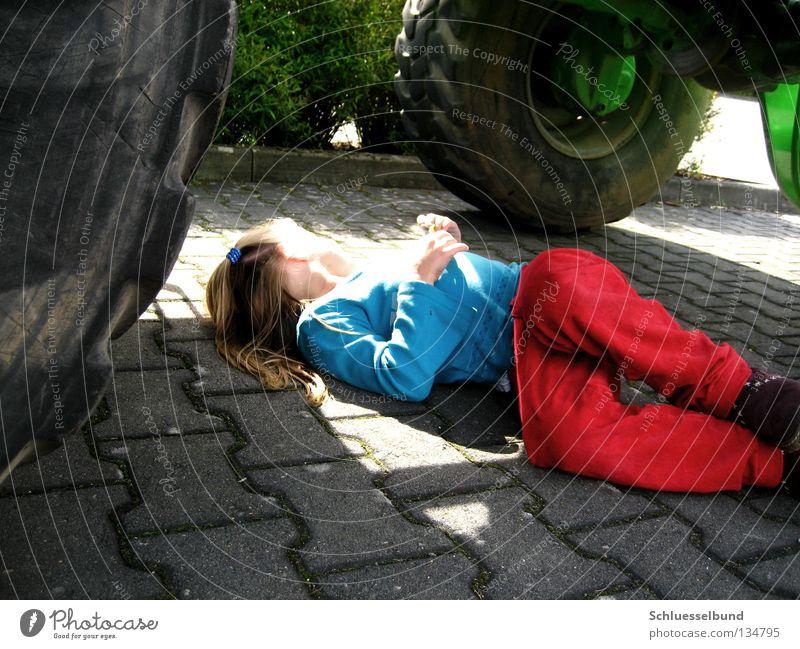 Schön Sonnig Sträucher Verkehrswege Hose Pullover Schuhe Stein grün schwarz Sonnenlicht Parkplatz parken liegen träumen Kind Mädchen langhaarig Reifen Rad
