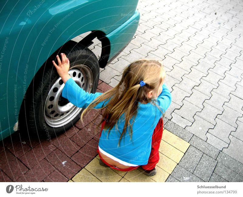 mich findet ja eh keiner Kind grün Mädchen rot gelb Haare & Frisuren Stein PKW braun berühren Hose Rad Verkehrswege Pullover Parkplatz Reifen