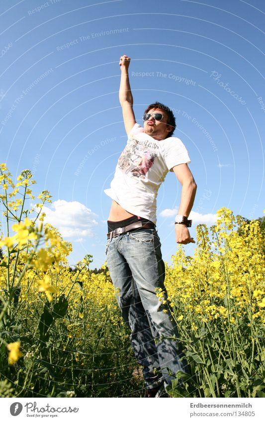 Der Blumenfeld Supermann! Rapsöl Sommer Wiese springen Mann Sonnenbrille Jahreszeiten Held blau Himmel Prima Freude