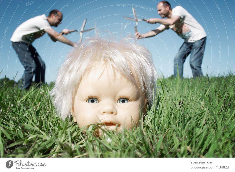 Haircut (2) Spielzeug bedrohlich beängstigend blond Chucky gruselig Horrorfilm böse süß niedlich skurril Wiese Gras grün Mann Gärtner Heckenschere geschnitten