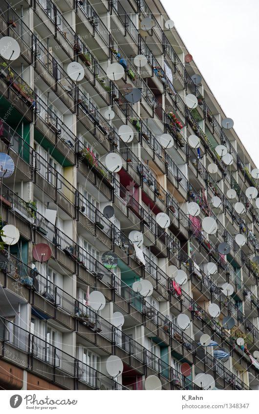 Gemeinschaft Stadt Erholung Haus Fenster Lifestyle Stein Fassade Metall Wohnung Häusliches Leben Freizeit & Hobby frei Hochhaus sitzen Energie Technik & Technologie