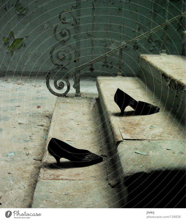 Upstairs... Schuhe Damenschuhe schwarz Beton verfallen Putz zerbröckelt Haus Flur Treppenhaus Gebäude gehen Verfall Ruine historisch Vergänglichkeit Schatten