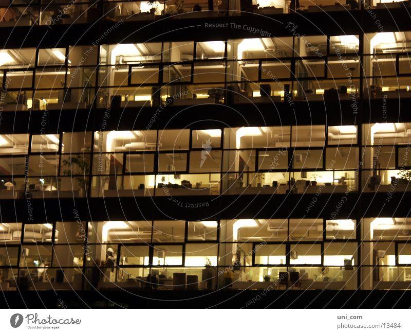 Nachtschicht Lampe Arbeit & Erwerbstätigkeit Büro Fenster Business Raum Architektur Bürogebäude Management Glasfassade