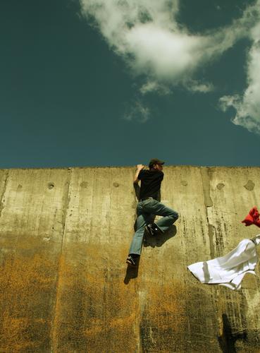 THE WALL | ...AND FLEE Mensch Mann Freude Wand Freiheit Bewegung springen Mauer Stil Kraft Angst fliegen laufen maskulin Beton frei