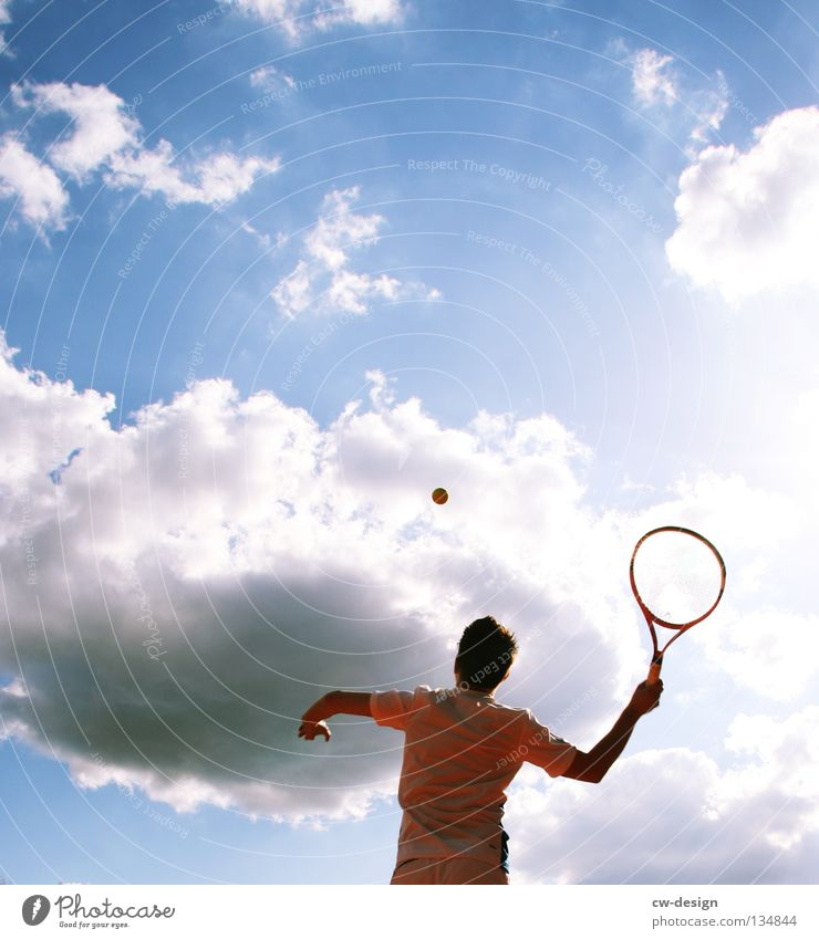 GANZ GROSSES TENNIS Farbfoto Außenaufnahme Textfreiraum oben Tag Sonnenlicht Froschperspektive Oberkörper Freizeit & Hobby Spielen Sport Fitness Sport-Training