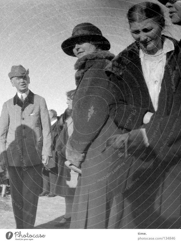 Betriebsausflug Frau Mensch Mann Freude Ausflug Bekleidung Kommunizieren Sitzung Hut Schönes Wetter Anhäufung Mantel Bergsteigen früher Versammlung Anlass