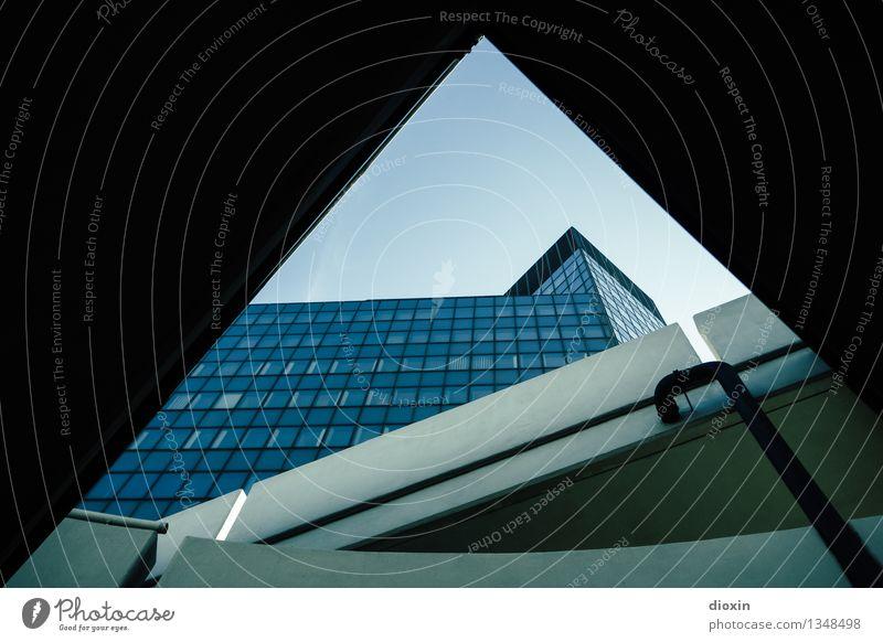Geometrie Stadt Stadtzentrum Menschenleer Haus Hochhaus Rathaus Bauwerk Gebäude Architektur Fassade Beton Glas eckig kalt Farbfoto Außenaufnahme