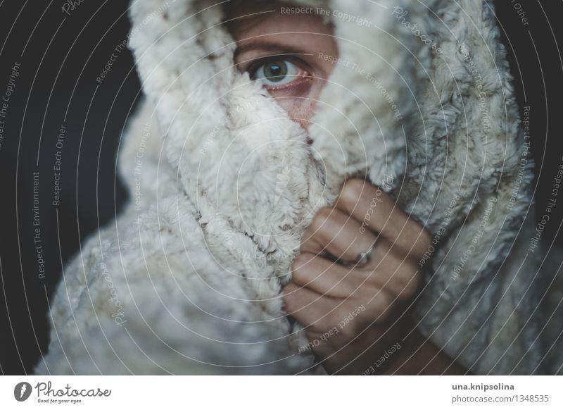 winterschlaf Wohnung Decke Frau Erwachsene 1 Mensch frieren Blick schlafen Krankheit Gefühle Traurigkeit Müdigkeit Einsamkeit Scham Angst Verzweiflung verstört
