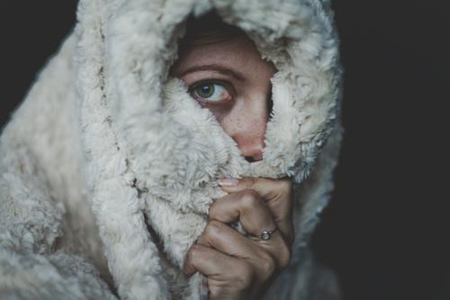 long time no see Häusliches Leben feminin Frau Erwachsene Auge 1 Mensch 18-30 Jahre Jugendliche beobachten Müdigkeit Winterschlaf frühjahrsmüdigkeit Decke