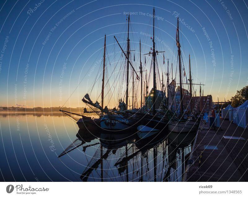 Segelschiffe Ferien & Urlaub & Reisen Segeln Wasser Wolken Hafen Wasserfahrzeug maritim blau Romantik Idylle ruhig Tourismus Tradition Güterverkehr & Logistik