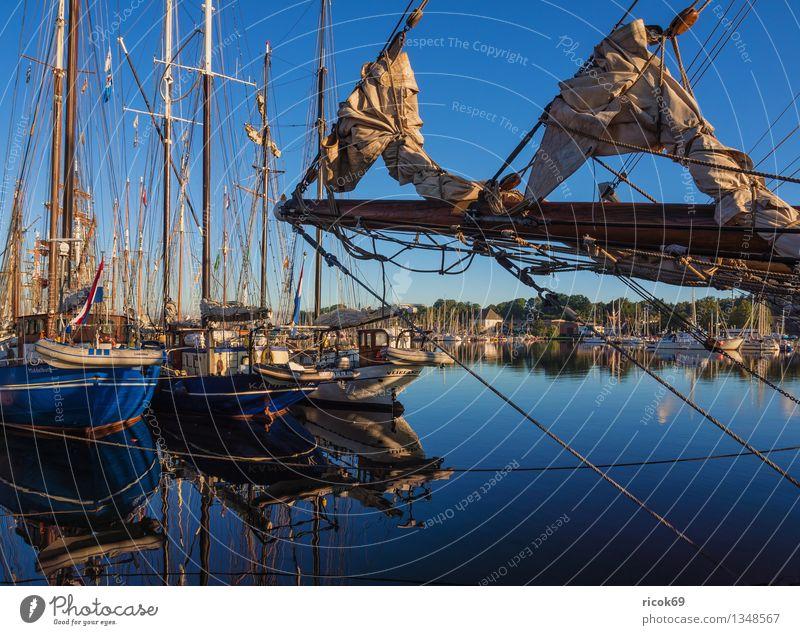Segelschiffe Ferien & Urlaub & Reisen Segeln Wasser Wolken Hafen Wasserfahrzeug maritim blau Romantik Idylle Tourismus Tradition Güterverkehr & Logistik