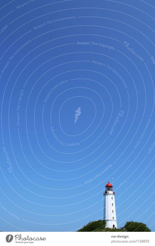 MINIMAL CORNER Leuchtturm grün minimalistisch rot weiß Küste Baum Hügel Hiddensee Dornbusch Licht Wasserfahrzeug Seezeichen Strand Luft Meerwasser Seemann
