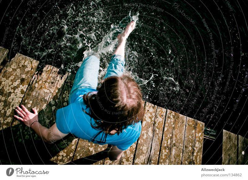 Nasszination 2 Steg heiß kalt Erfrischung baumeln nass See Schwimmen & Baden Potsdam Schlänitzsee Kühlung kühlen Freude Mann Wasser Beine Küste sitzen
