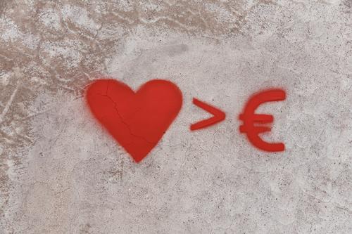 Geld oder Liebe Lifestyle Bildung Arbeit & Erwerbstätigkeit Wirtschaft Business Karriere Erfolg Mauer Wand Zeichen Schilder & Markierungen Graffiti Eurozeichen