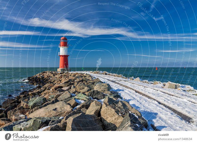 Mole Meer Winter Natur Landschaft Wasser Wolken Küste Ostsee Turm Leuchtturm Architektur Sehenswürdigkeit Wahrzeichen Stein kalt blau rot weiß Tourismus