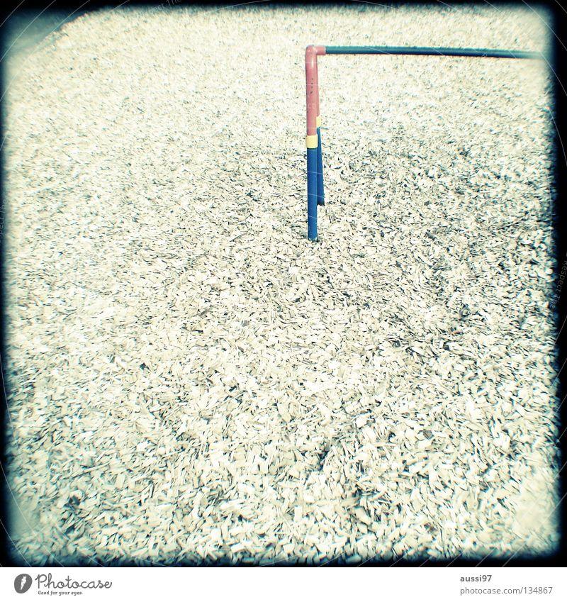 Da ham'se früher noch gespielt. Spielen Bewegung Fuß Kindheit Pause Konzentration analog Turnen Spielplatz Raster Sucher Brennpunkt schemenhaft Schulhof Schacht