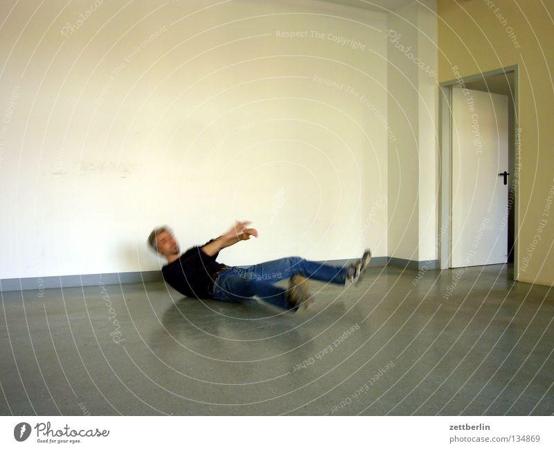 Umsturz Mensch Mann Wand Tür Zufriedenheit Raum Rücken liegen leer Bodenbelag Vergänglichkeit Sturz Schwäche umfallen töten Breakdancer