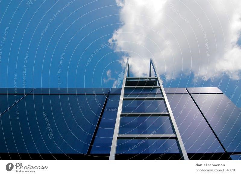 Karriereleiter 2 Himmel weiß Sonne blau Sommer Wolken Metall Wetter Erfolg Treppe Dach Leiter aufsteigen