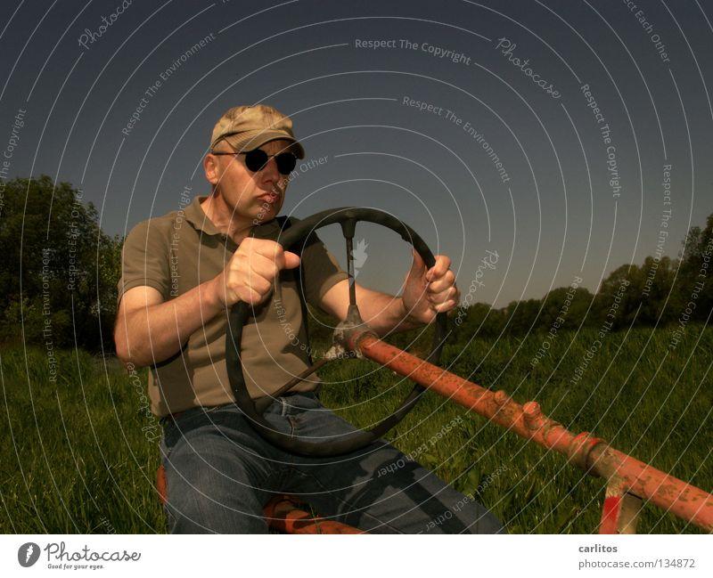Carl, der Treckerfahrer Mann grün blau rot Sommer Senior Gras Feld Erwachsene sitzen fahren Beruf festhalten Landwirtschaft Sonnenbrille