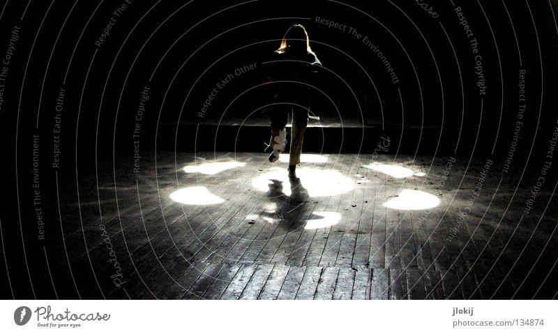 Silhouette Frau Licht Fenster Holz Holzbrett Beleuchtung dunkel Nacht Holzmehl Haus Hose Schuhe Parkett Bühne historisch Vergänglichkeit Mensch Sonne Lagerhalle
