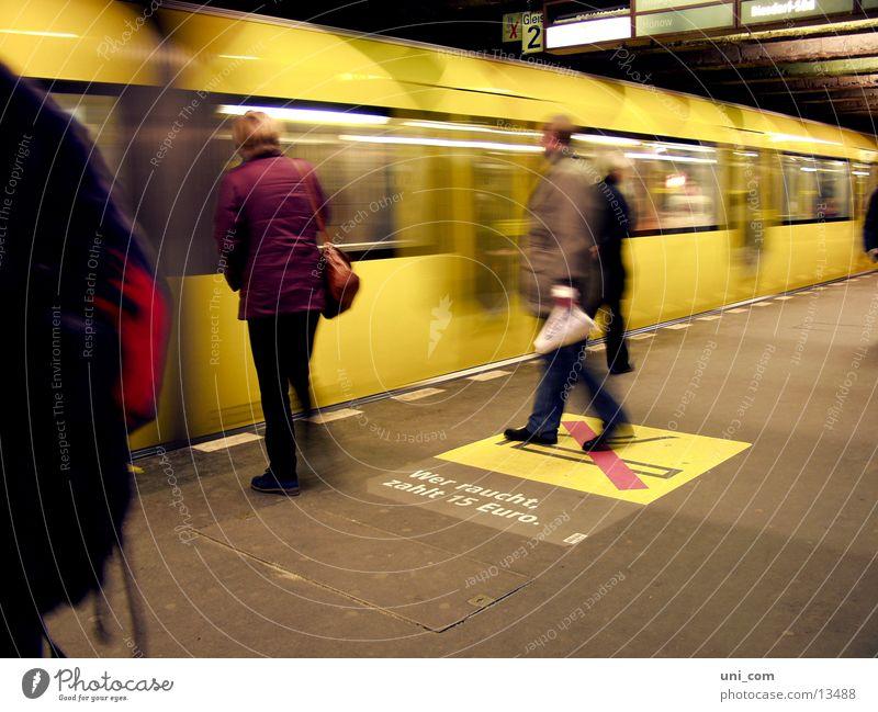 flotte Berliner U-Bahn Bahnsteig Gleise Mensch Rauchen verboten Verkehr gelbe U-Bahn move Passagier