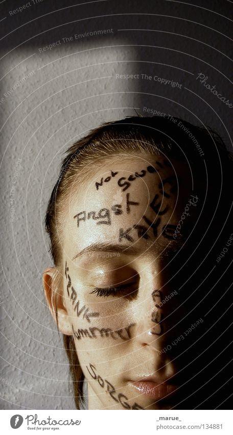 Spurensuche Wand Wort träumen Wahrheit Zukunft Gegenwart schwarz notleidend Krieg Sorge Krankheit Frau anna Gesicht face Kopf Schatten Auge Nase Mund Linie