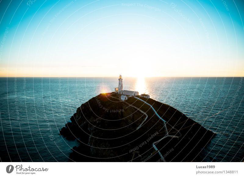 Eine Insel mit Leuchtturm Ferien & Urlaub & Reisen Tourismus Ausflug Abenteuer Ferne Freiheit Sightseeing Umwelt Natur Landschaft Wasser Wolkenloser Himmel