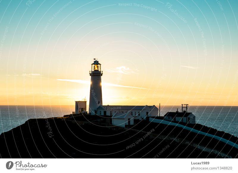 Leuchtturm im Sonnenuntergang Himmel Wolkenloser Himmel Sonnenaufgang Schönes Wetter Wellen Küste Seeufer Bucht Meer Wales Fischerdorf Hafenstadt Haus Traumhaus