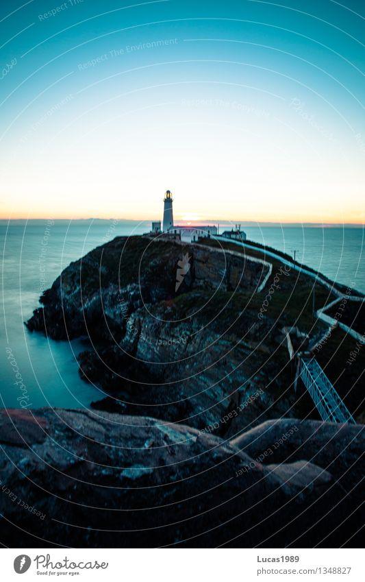 Leuchtturm erwacht Natur Ferien & Urlaub & Reisen blau Meer Landschaft Ferne Strand Umwelt Architektur Küste Gebäude Felsen Nebel Tourismus Wellen Insel