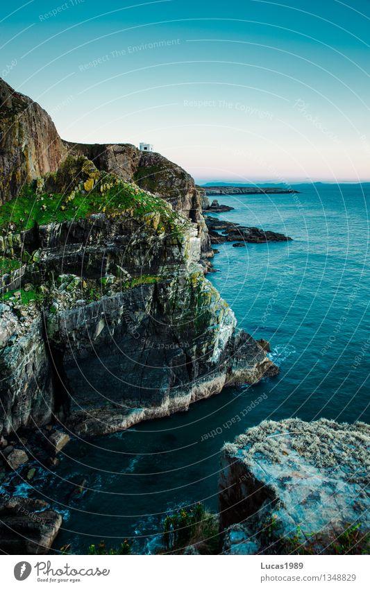 Klippe Umwelt Natur Landschaft Pflanze Wasser Himmel Wolkenloser Himmel Klima Schönes Wetter Sträucher Moos Hügel Felsen Wellen Küste Seeufer Bucht Nordsee