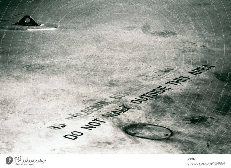 Do Not Walk Outside This Area Flugzeug Tragfläche Typographie Patina Englisch Türkei Luftverkehr Warnhinweis Warnschild Schriftzeichen