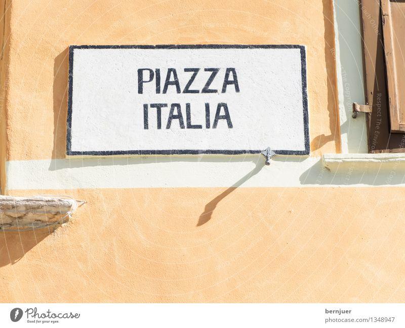 Piazza Stadt Menschenleer Haus Bauwerk Gebäude Architektur Fassade Fenster Zeichen Schriftzeichen Ziffern & Zahlen Schilder & Markierungen Verkehrszeichen