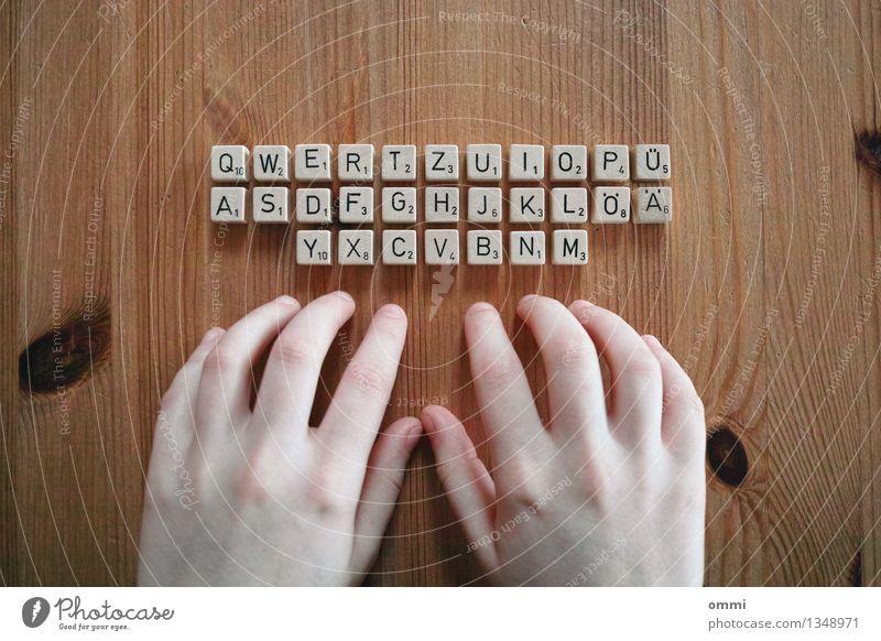 Offline Office Design Tisch Büroarbeit Medienbranche Computer Notebook Tastatur Haut Hand Finger 1 Mensch Holz Arbeit & Erwerbstätigkeit schreiben authentisch