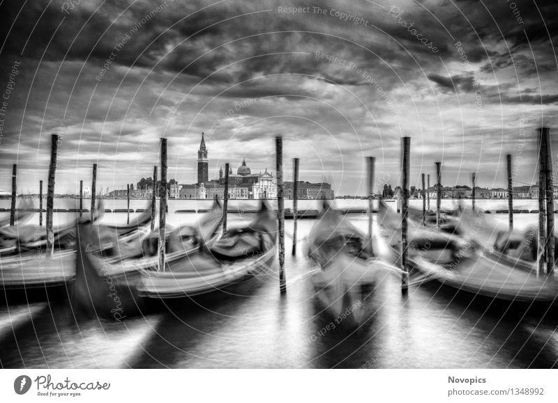 Expedition In Venezia XVIII Wasser Wolken Stadt Brücke Architektur Verkehrsmittel Wasserfahrzeug blau rot schwarz weiß Tradition Venedig Monolithsaeule