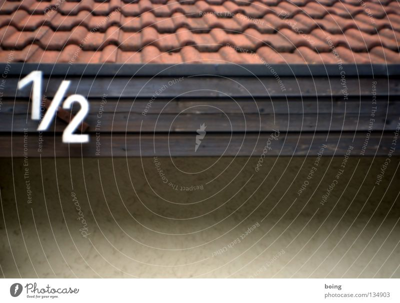 Reihenhaushälfte Hausnummer Dach Backstein Dachziegel Hälfte Zähler Mathematik Scheidung Einfamilienhaus Detailaufnahme Ziffern & Zahlen Verkehrswege 1/2