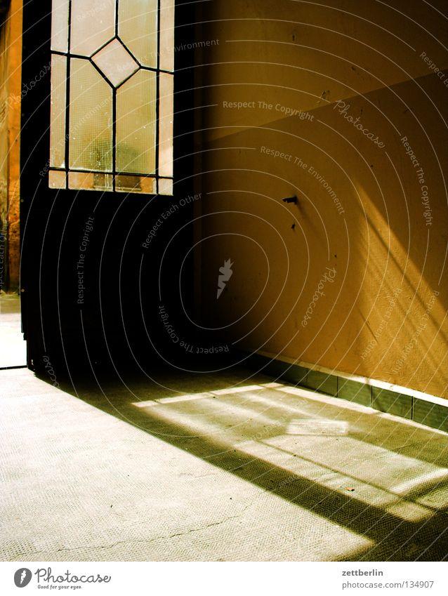 Tordurchfahrt zum Hinterhaus Sonne Sommer Glas Tür Eingang Fensterscheibe Hinterhof Ausgang Durchgang Glasscheibe Schöneberg Glaser Glastür