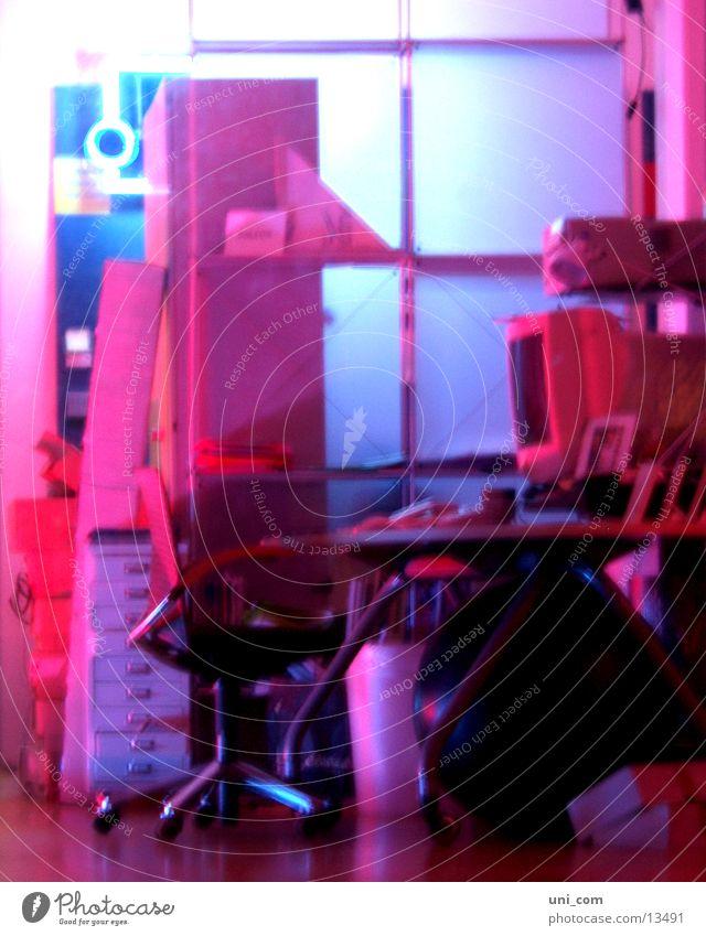 rosige Arbeitsatmosphäre Büro Schreibtisch Bildschirm Arbeitsplatz Drehstuhl