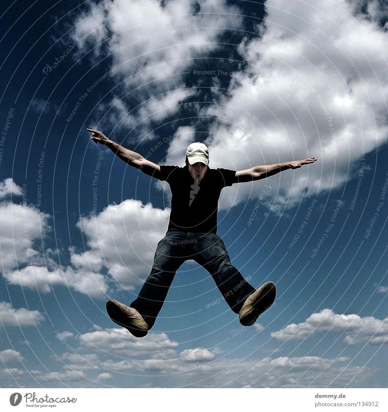 3. Mann Kerl gefroren Wolken Sommer Mütze Hose Hemd Hand Finger Schweben springen treten Anstoß Spielen Anspannung fliegen Luftverkehr Himmel blau cappy