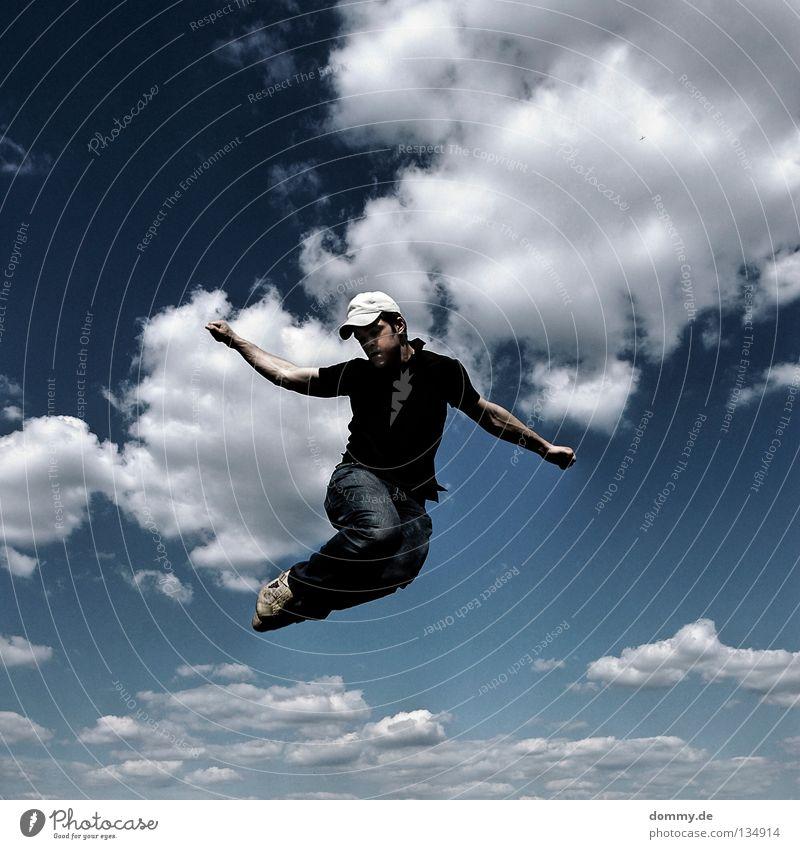 1. Himmel Mann blau Hand Sommer Freude Wolken Spielen springen Beine Arme fliegen Finger Luftverkehr Elektrizität Jeanshose