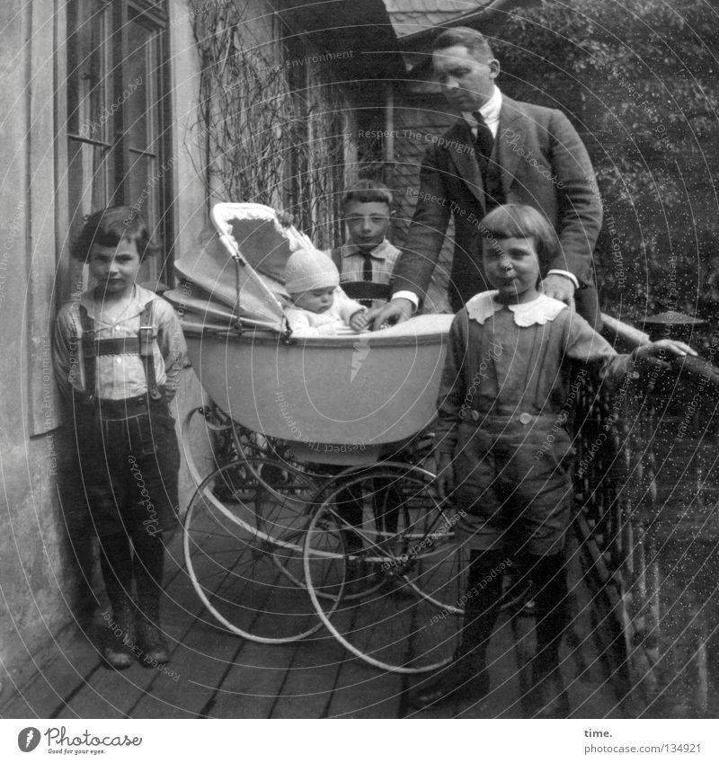 Vater mit vier Söhnen Häusliches Leben Kind maskulin Mann Erwachsene Bruder 5 Mensch Menschengruppe Kinderwagen Bekleidung historisch Partnerschaft Gelassenheit