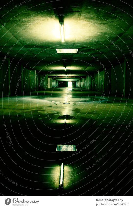 Cold Reflections Garage Untergrund London Underground unheimlich geheimnisvoll Matrix Tiefgarage Tunnel Parkhaus dunkel nass Pfütze feucht verfallen Nacht Lampe
